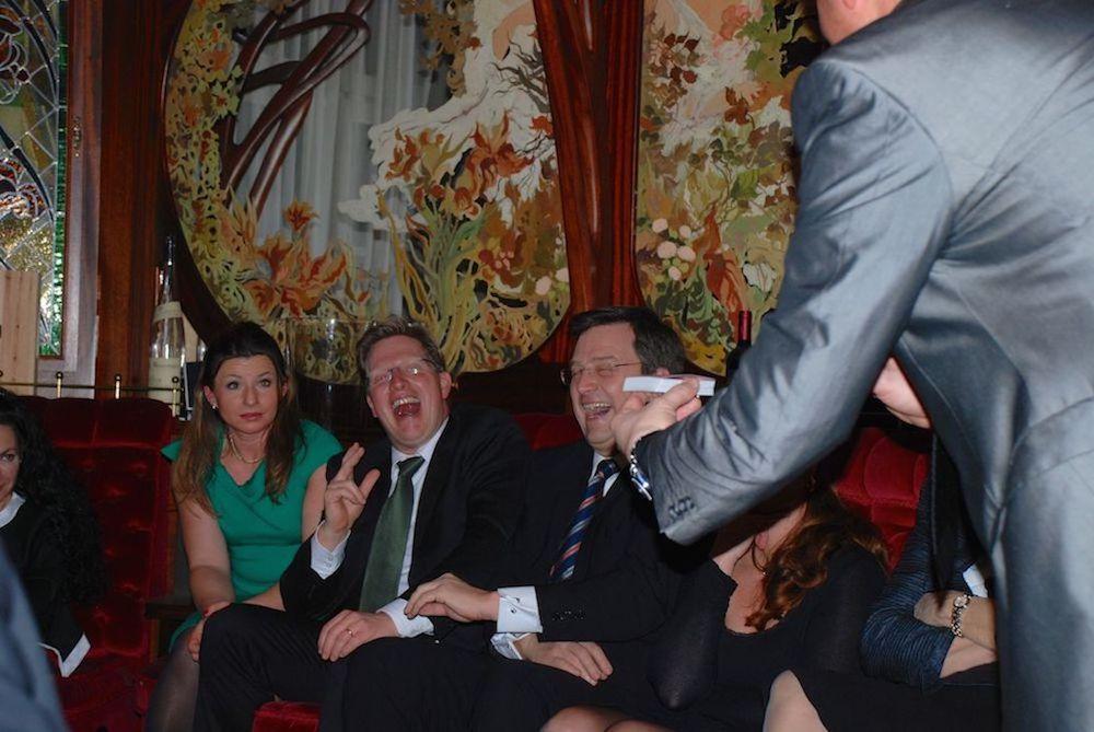 TOMBECK zaubert hautnah für die Gäste bei der geheimen Gesellschaft in München
