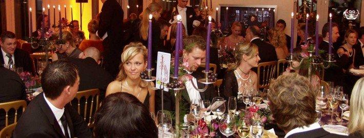 Zauberer TOMBECK verblüfft bei einer Feier den Gourmetkönig Michael Käfer - Close-Up Zauberei