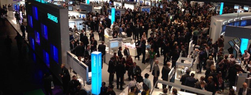 TOMBECK begeistert mit seinen Kollegen bei einer Firmenveranstaltung von Siemens