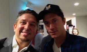 Zauberer TOMBECK verblüfft Robert Lewandowski im Audi Dome