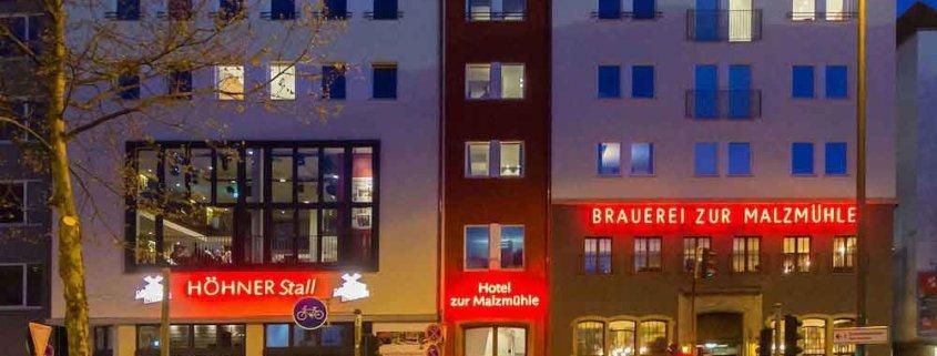 Zauberer TOMBECK verzaubert auf einer Firmenveranstaltung im HÖHNERStall in Köln.