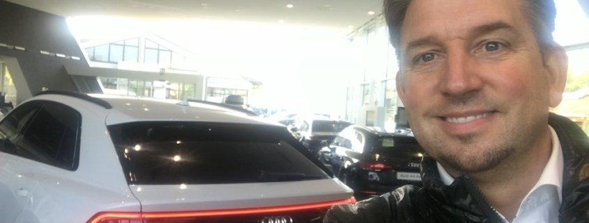 Tischzauberer und Magier TOMBECK verblüfft die Besucher bei der Fahrzeugpräsentation von Audi