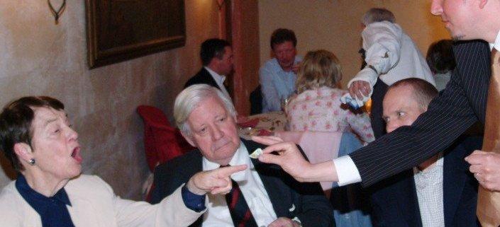 Magier TOMBECK verzaubert Helmut Schmidt mit seiner Close-Up Zauberei