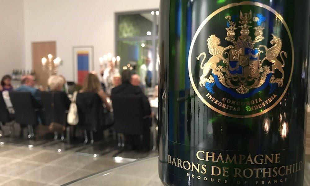 Exklusive Weinverkostung In Braunschweig Wird Von Zauberer Begleitet
