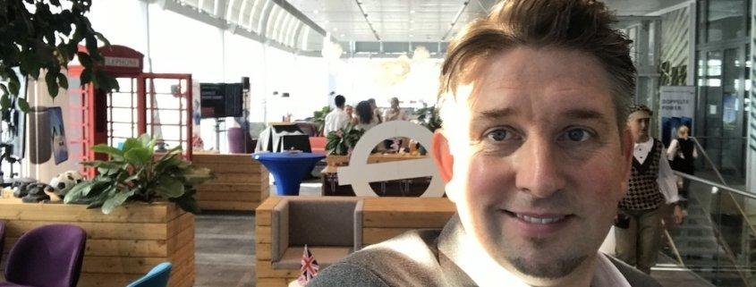 Zauberer TOMBECK präsentiert da neue Smartphone von Huawai