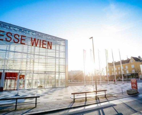 Magier TOMBECK sorgt für große Zuschauertrauben auf der Messe ARCHITECT@WORK in Wien.